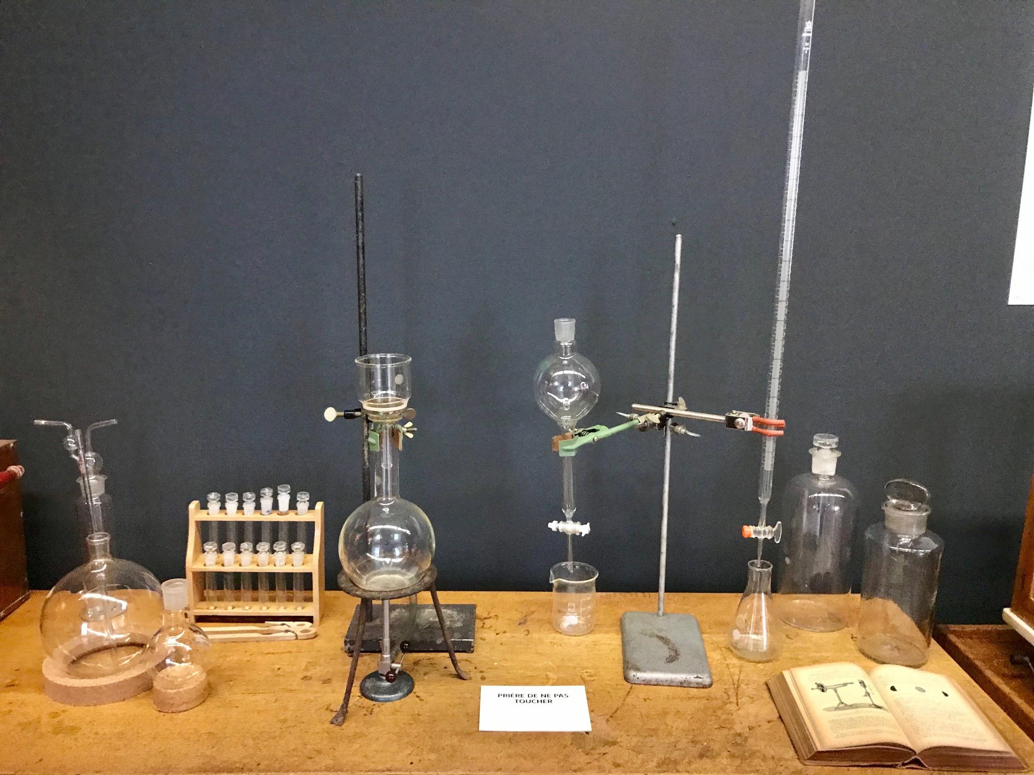 Ensemble de flacons de réactifs et d'instruments de laboratoire